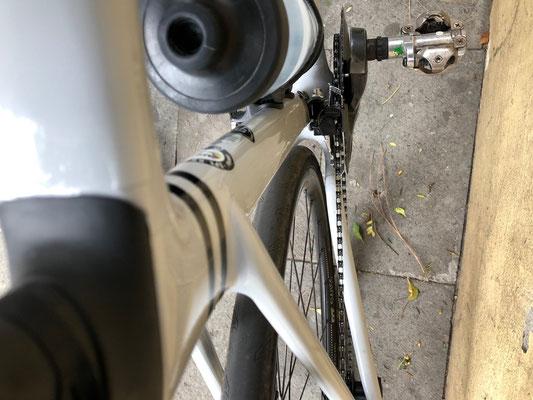 üppige Reifenfreiheit an den Kettenstreben sowie dem Sitzrohr bei 25 mm Continental Ultra Sport Bereifung