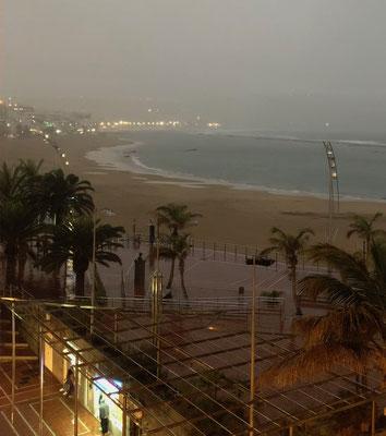 Regenschauer an der Playa de las Canteras