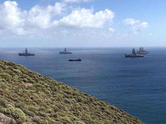 Bohrschiffe vor Anker nahe der Westküste bei Las Palmas