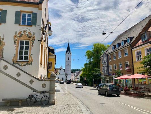 Blick nach Süden zur Amperbrücke und Leonhardikirche (Bildmitte)