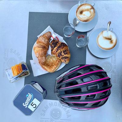 köstliche Teilchen und Cappuccino heben die Stimmung