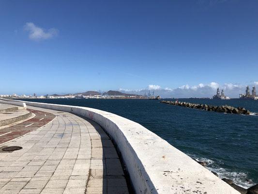 Uferpromenade neben der Autobahn in Las Palmas