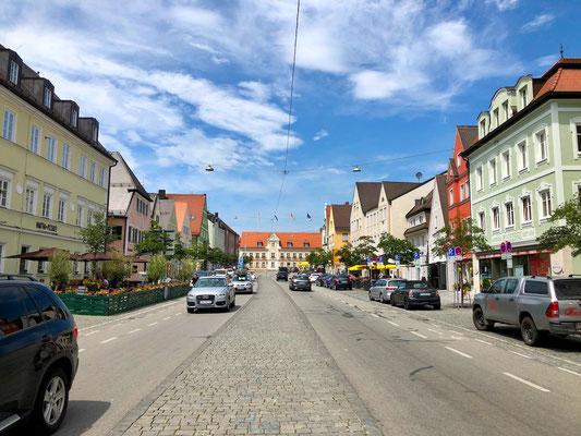 belebte Hauptstraße in Fürstenfeldbruck