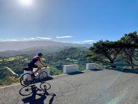 Blick auf die grünen Hänge Gran Canarias