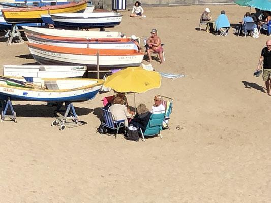 Einheimische beim Kartenspiel am Strand