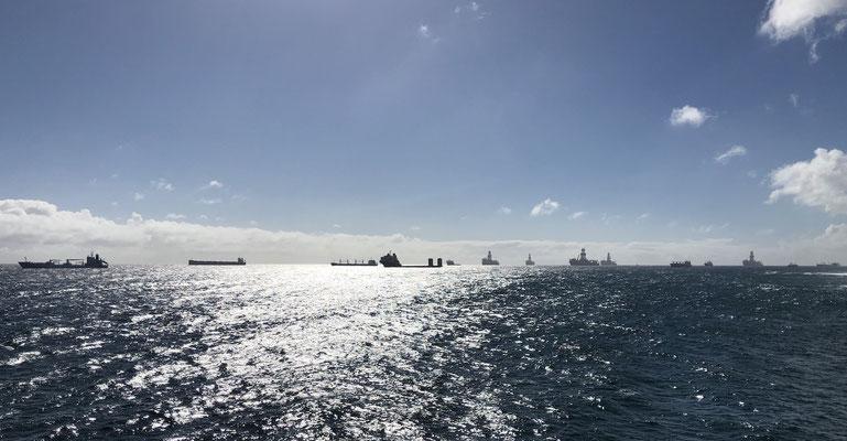 Schiffe vor der Küste liegen vor Anker