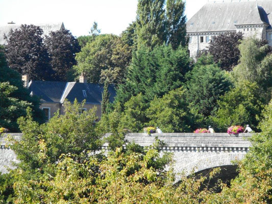 Passage devant l'abbaye de Solesmes
