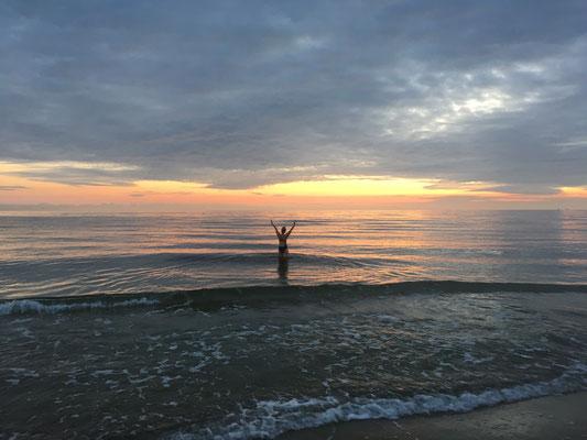 Begrüßung des neuen Tages am Meer