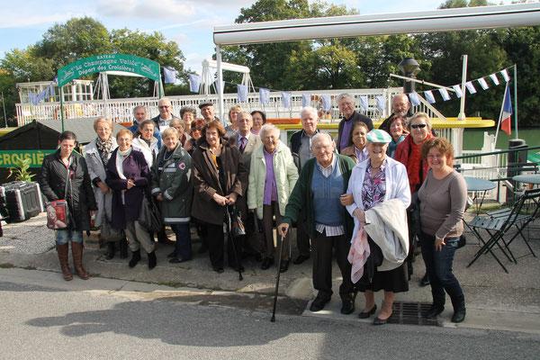 Photo de groupe avant d'embarquer pour notre mini croisière sur la Marne