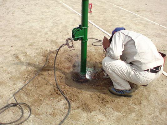 テニスコートのネット支柱の修理