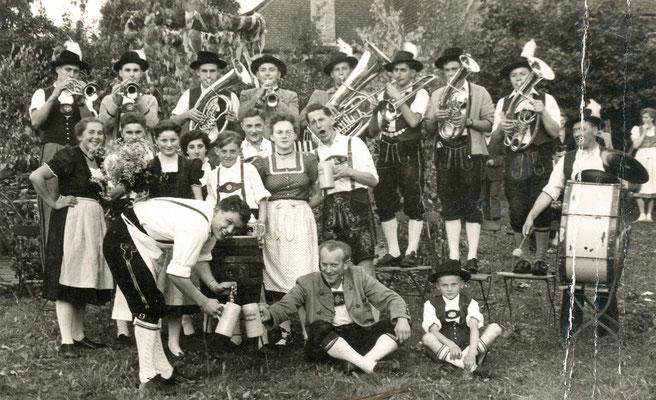 Abb. 15: Werner Lämmel als Tenorhornist der Trachtenkapelle Henfenfeld (auf den Stühlen stehend erster von rechts), Ende der 1950er Jahre