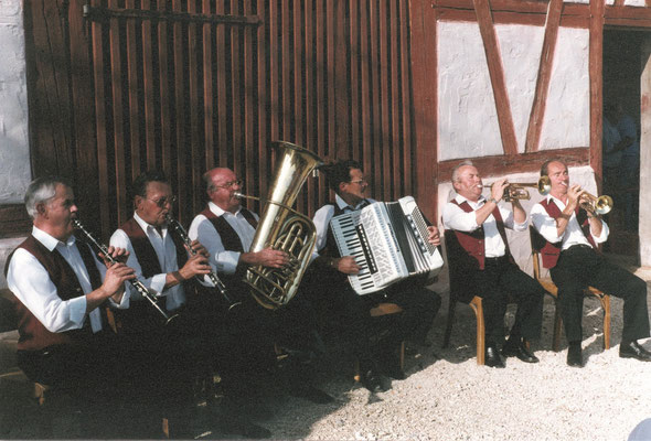 Abb. 18: Die Alfelder Musikanten im Fränkischen Freilandmuseum Bad Windsheim Mitte der 1990er Jahre.