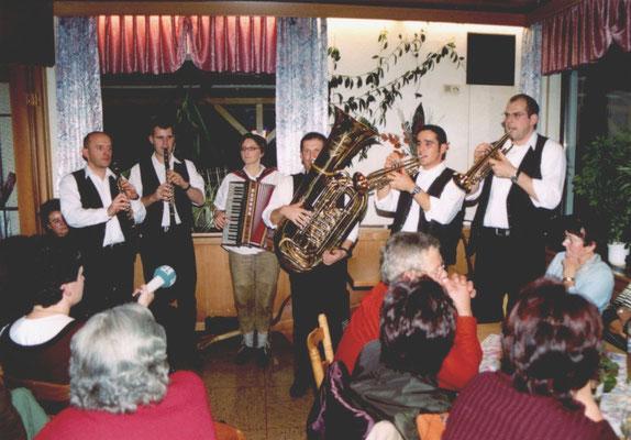 """Abb. 25: Alfelder Musikanten bei der Vogelsuppe am Gasthof """"Berghof"""", Aufnahme von 2003."""