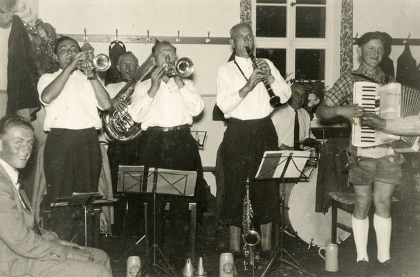 Abb. 16: Georg Alfa als Trompeter der Kapelle Schmidt (erster v. l.), Mitte der 1950er Jahre