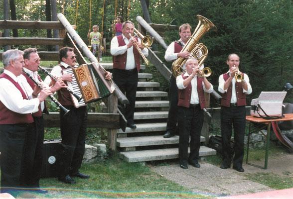 Abb. 19: Die Alfelder Musikanten bei einem geselligen Musikantentreffen auf dem Hetzleser Berg Mitte der 1990er Jahre.