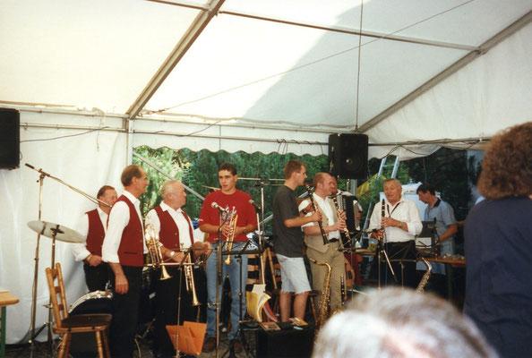 """Abb. 24: Alfelder Musikanten, zwei Generationen musizieren gemeinsam beim Kirwa-Frühschoppen 1997 im Gasthof """"Berghof""""."""