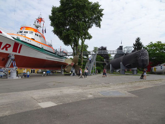 Seenot-Rettungs-Kreuzer und U-Boot