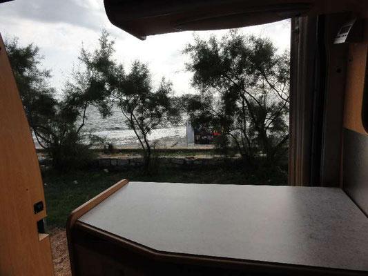 Blick aus dem Wohnmobil ans Meer, so hab ich mir das vorgestellt (vielleicht noch ohne den Badewaschl-Turm)