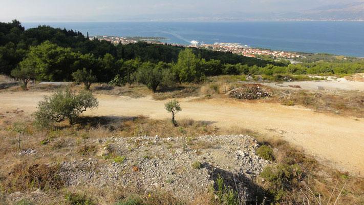 Blick auf Supetar und die anlegende Fähre aus Split (gegenüber)