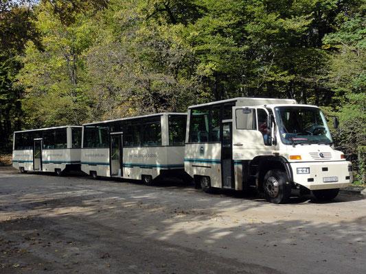 """Der """"Bus"""" ist eigentlich ein Unimog mit 2 Touristen-Anhänger"""