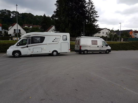 Vorm Billa in Wilhering (OÖ)  sind eigentlich Schrägparkplätze, aber der große Kollege hat damit begonnen, ehrlich;-)