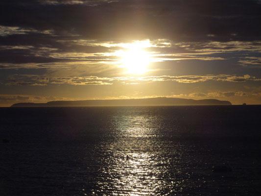 Sonnenuntergang genau über der Insel Susak