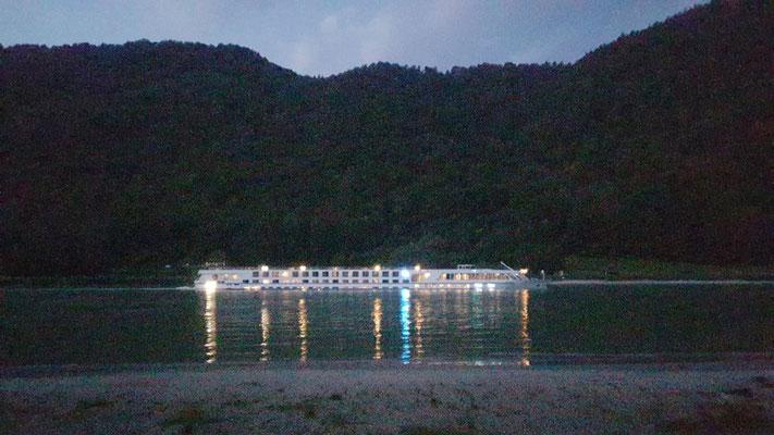 Donautouristendampfer bei Nacht