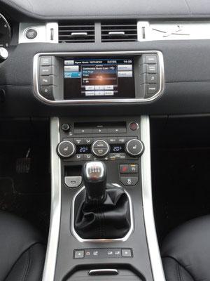 Von oben nach unten: Touchscreen, CD-Wechsler, Klimaanlage Handbremse, HDC, Start-Stop,-Automatik, DSC, Schalthebel und Terrain Response System