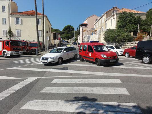 Origineller Parkplatz des Feuerwehr-Renault, die anderen sind mehr oder weniger fließender Verkehr