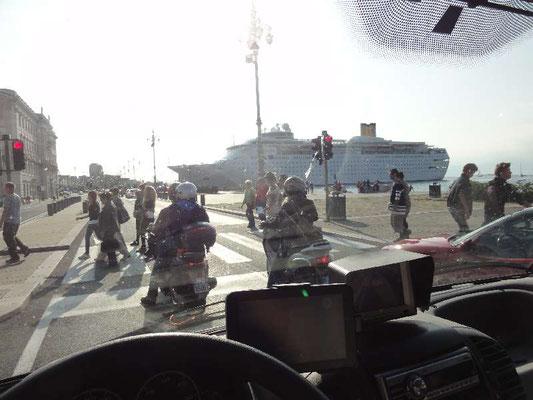"""Der Megadampfer im Hafen von Triest heißt """"Costa Romantica"""" oder so ähnlich."""
