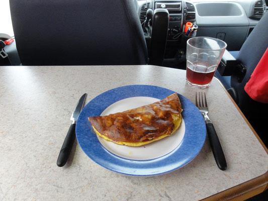 Standard-Frühstück - Schinken-Käse-Omelette mit Paradeiser