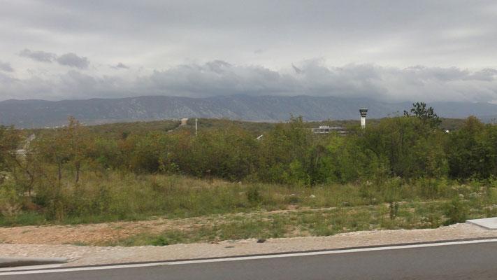 Flughafen Rijeka auf der Insel Krk. Da war ich auch schon mit dem Flieger - ich kann nix dafür, aber das ist die einzige Straße auf der Insel, die nach Süden führt.