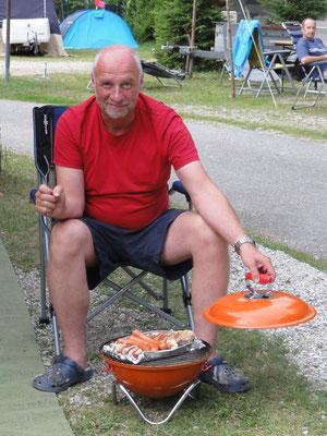 Irgendetwas passt nicht - entweder ist der Sessel zu hoch oder der Griller zu tief.