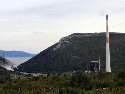 Der unglaubliche 340m-Kamin des Kohlekraftwerkes vom Plomin (der Kamin in Stockerau ist nicht mal so hoch wie der linke)