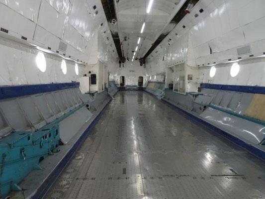 Laderaum der Antonov, man beachte die Hallenkräne