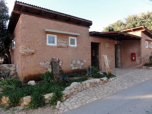 Die karge Landschaft färbt auch auf die Architektur ab - das Innere des Häusls ist aber top-modern