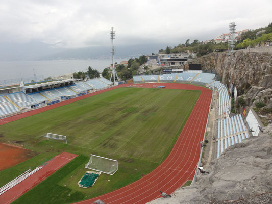 Ich bin ja kein Fußballfan, aber die Lage des Stadion in Rijeka ist echt grenzgenial - da sind sicher einige Scheibtruhen mit Steinen rausgekarrt worden.