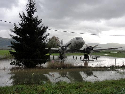 ich würde mal sagen Li-2, russischer Lizenzbau der Douglas DC-3 (hat's tatsächlich gegeben)