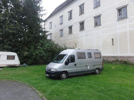 Campingplatz in Burgau, direkt an der Schlossmauer