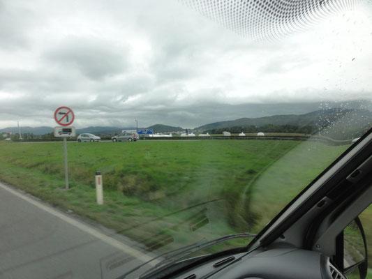Segelflugzeug-Anhänger am Flugplatz von Postojna
