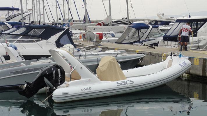 da sind sogar die Schlauchboote ordentlich übermotorisiert