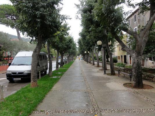 Der Hauptort Cres, das Halte- und Parkverbot interessiert hier niemanden
