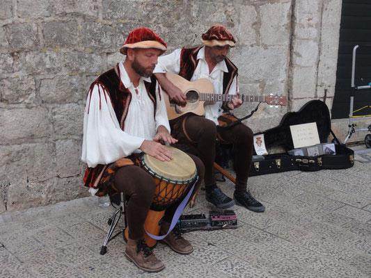 Zwar traditionelles Outfit, aber die Musik war echt gut