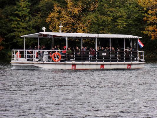 Mit dem Elektroboot gehts über den See Jezero Kozjak