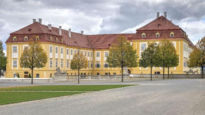 Schloss Hof, Eingangsseite