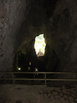 Blick aus der Höhle oberhalb der Burg Predjama ins Freie