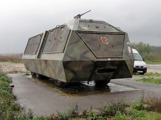 Mahnmal eines weiteren sinnlosen Krieges - Eigenbau-Panzer auf einem LKW