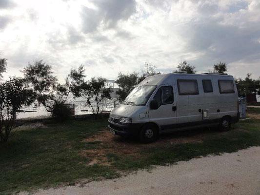 Campingplatz nördlich von Rovinj, Stellplatz direkt am Meer, sehr gepflegter Platz, wäre auch was zum Längerbleiben ...