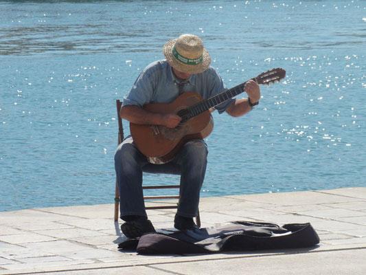 Der Hafenmusikant kann schon spielen, nur das Zuhören fällt schwer