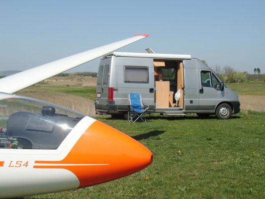 Geniale Kombination: Wohnmobil und Segelflugzeug, Flugplatz Stockerau, Niederösterreich